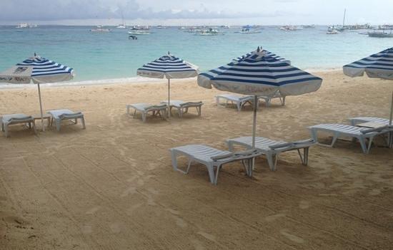 3-5-7 Boracay Resort: spiaggia con ombrelloni di fronte reception
