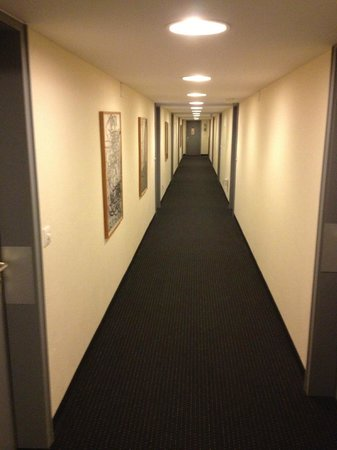 Hotel Rovanada: the depressing hallway