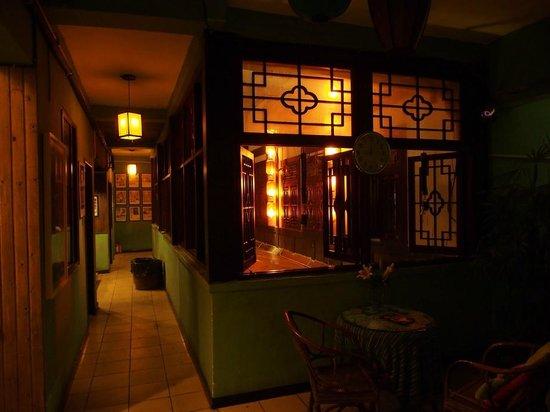 Chengdu Mix Hostel Courtyard Poshpacker (Wenshu Monastery): 二樓房間走廊及天井