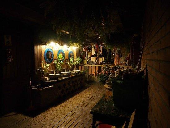 Chengdu Mix Hostel Courtyard Poshpacker (Wenshu Monastery): 三樓的洗手台及晒衣場