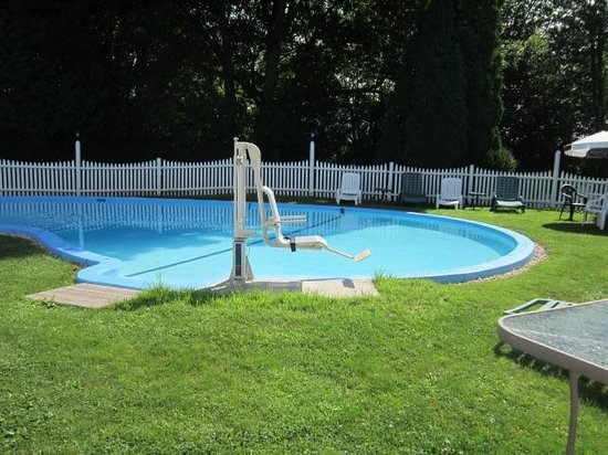 Claddagh Motel & Suites: Pool with handicap chair