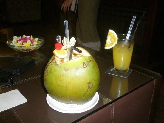 Melia Bali Indonesia: Free cocktail, Level lounge