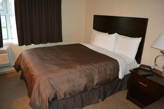 Days Inn - Trois-Rivieres : One of the beds