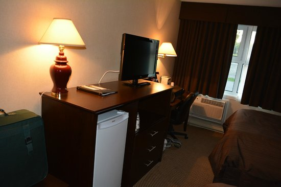 Days Inn - Trois-Rivieres : Fridge and TV