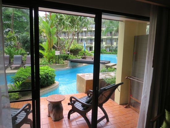 Phuket Marriott Resort & Spa, Merlin Beach: Just step out the door into this beautiful pool
