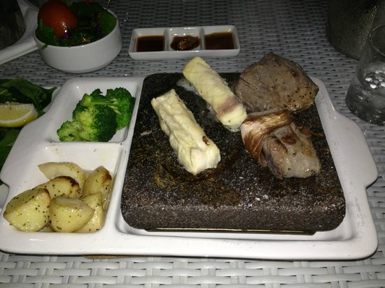 The Hotel Cairns: Aussie Tasting plate, hot rock