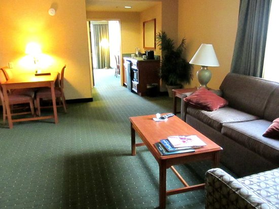 Embassy Suites by Hilton North Charleston - Airport/Hotel & Convention: View of room near entry door