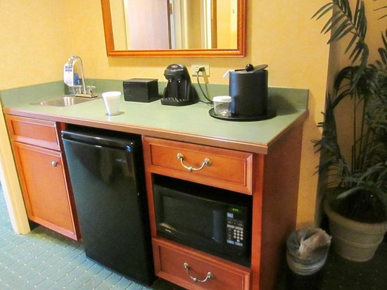 Embassy Suites by Hilton North Charleston - Airport/Hotel & Convention: Kitchenette in room 805