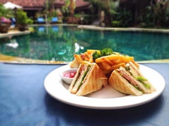 Tamukami Hotel: yummy club sandwich next to the pool