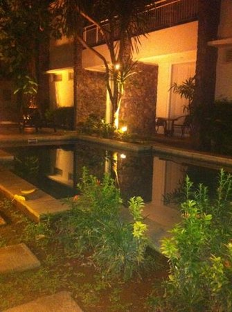 Astana Pengembak Suite Apartment & Villa: pool in night