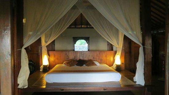 Desa Dunia Beda Beach Resort: Bed in the Joglo