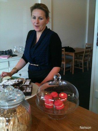 Paula's Plate: Paula serving me cake.  Thanks Paula it was delish!