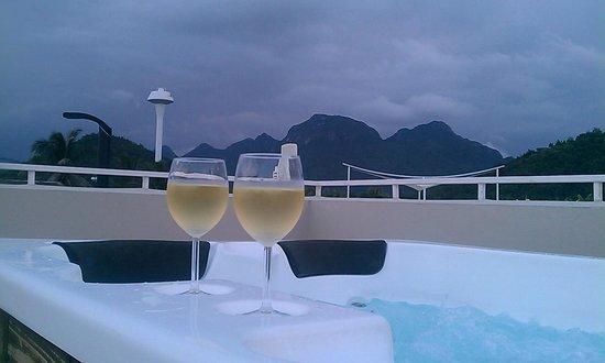 Oriental Beach Pearl Resort: Romance in Jacuzzi