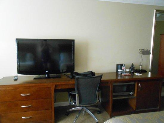 Days Inn San Diego Hotel Circle Near SeaWorld: TV Stand area