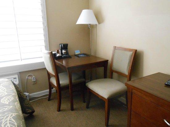 Days Inn San Diego Hotel Circle Near SeaWorld: Small table