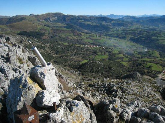 Valle de Carranza, Espagne : Vista del valle de Karrantza desde la Peña de Ranero