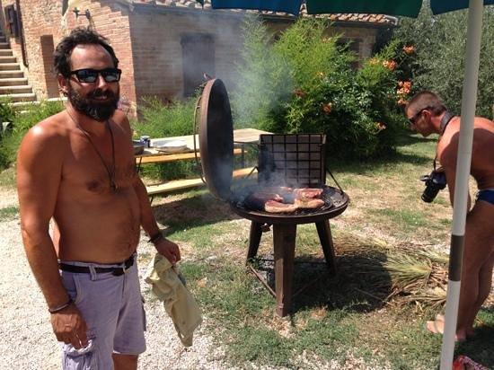 Agriturismo Quarantallina: il proprietaro alla cottura delle nostre succulente FIORENTINE