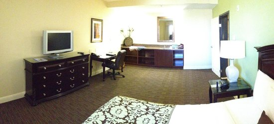 Ayres Hotel Chino Hills: Executive DEsk & Ergonomic Chair with Cabinet area