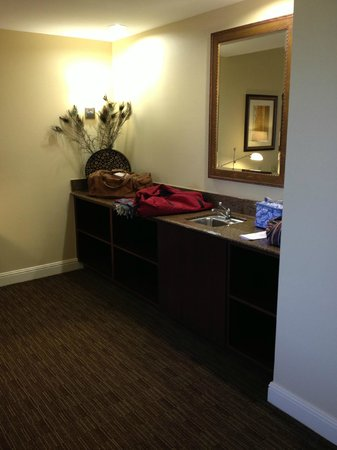 Ayres Hotel Chino Hills : Cabinet alongside executive desk area