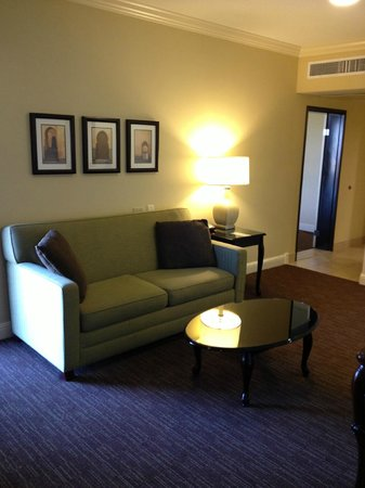 Ayres Hotel Chino Hills : The living room with full sized pullout couch