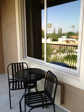 Ayres Hotel Chino Hills : Private balcony with Dining Set overlooking the Courtyard