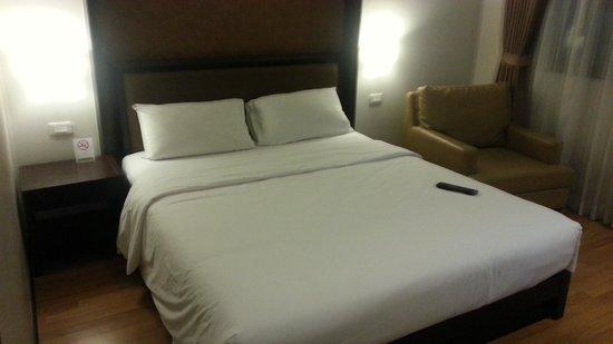 The Dawin Bangkok Hotel: Bed in standard room