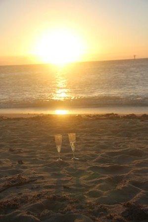 Green Island Resort: Sunset drinks on the beach