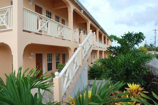 Connie's Comfort Suites: Building - side view