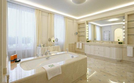 Le Bristol Paris: The bathroom of the Royal Suite