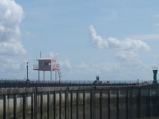 Cardiff Bay Barrage: The pink hut