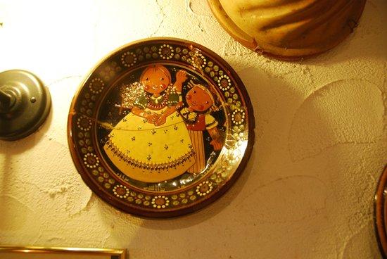 Alfa Soleil: Il tipico piatto del Rösti appeso alla parete