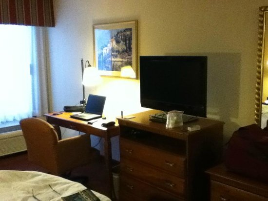 Hampton Inn Austin/Airport Area South : Working area in room