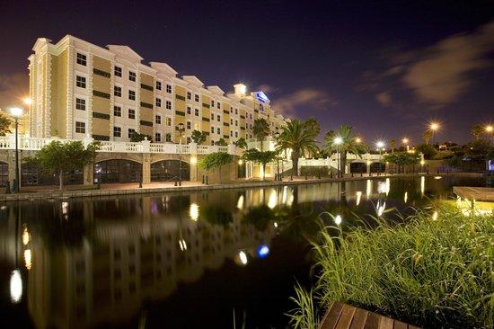 StayEasy Century City: Hotel exterior evening