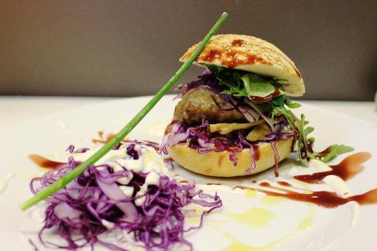 Vina y Mar Sherry Bar-Restaurante: hamburguesa de retinto bañada en leche de coco y bamboo