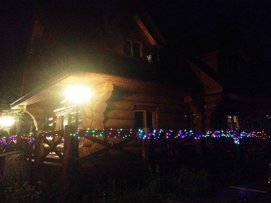 Domaine des Merveilles: Joli éclairage sur la maison le soir