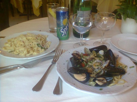 Hotel Central: scialatielli con zucchine, guanciale etc...e linguine con cozze e vongole....buonissimii!