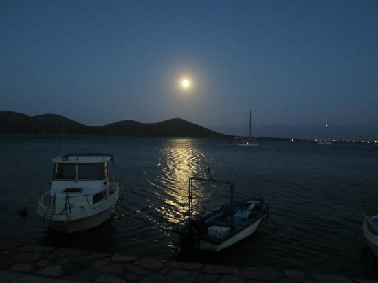 Kavos Bay Apartments : Moon rising walking towards Elounda