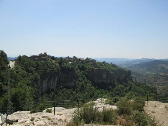 Mirador de Siurana Hotel: view from the hotel onto the town