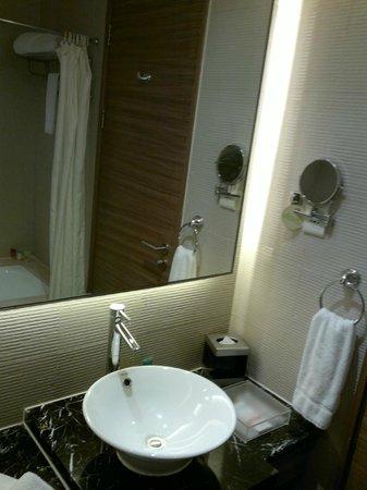 Four Points by Sheraton Shanghai Daning : my room bathroom