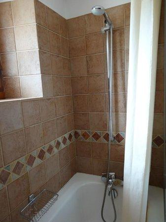 Au Vieux Moulin: Déco vieillotte : rideau de douche, baignoire