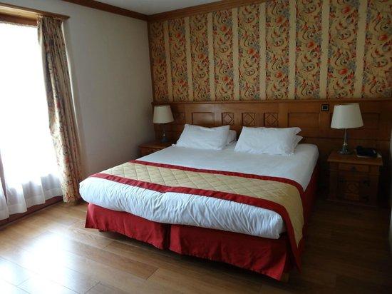 Au Vieux Moulin : grande chambre, grand lit mais 2 matelas rapprochés non confortables