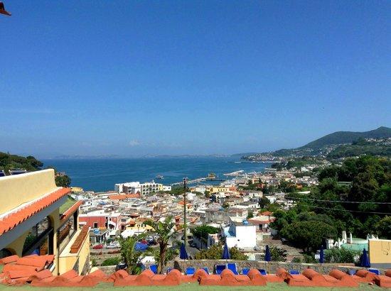 Hotel Terme San Lorenzo: Вид из номера на Лаако-Амено, море и Неаполь