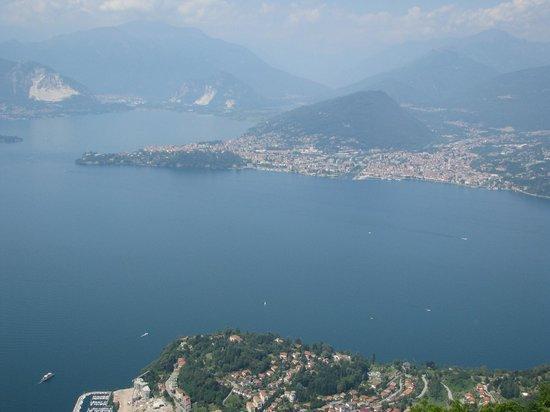 Hotel Capolago: Overlooking 'Lago Maggiore' (cable car Funivie del Lago Maggiore) in the village of Laveno Mombe