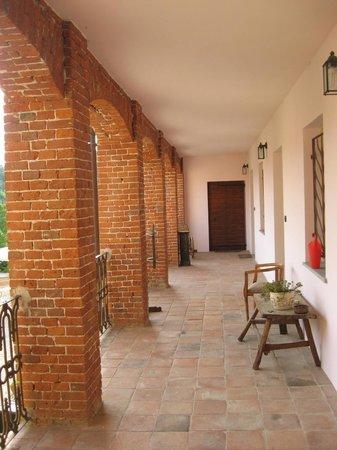 Agriturismo San Martino: porticato davanti alla camera