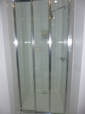 Miami Hotel Melbourne: Shower