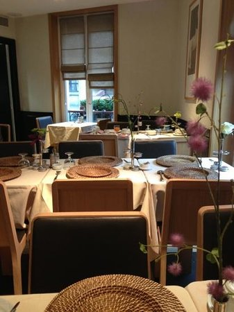 Hotel Marceau Champs Elysees: nice but small breakfast area