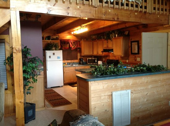 Timberwinds Log Cabins: View of kitchen
