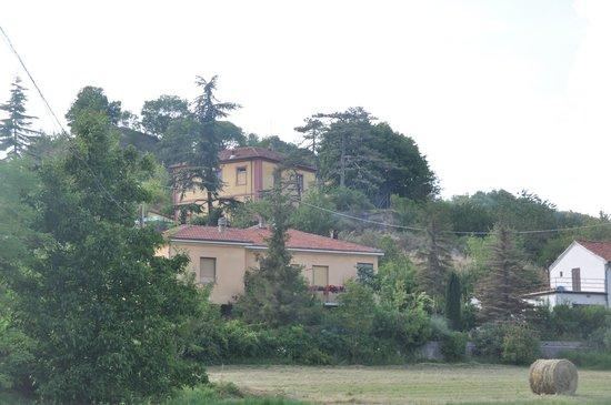 Villa Eugenia: Villa jaune vue de la route
