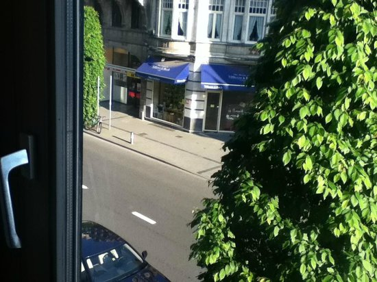 Theater Hotel Leuven: Room view onto main road