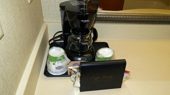 Hampton Inn Suites Valdosta Conference Center : coffee pot
